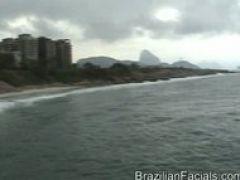 Brasilianisches Girl saugt den Schwanz leer