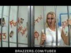 Lesben Sex hinter Gittern mit Dildo