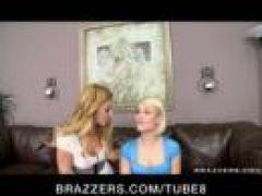 Junge blonde Teen Lesben ficken auf der Couch