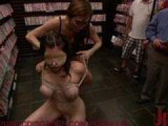 Sex Sklavin dient im Pornoshop